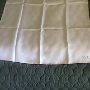 Gucci silketørklæde med logo 55 x 55 cm. næsten nyt beige . Ny pris 350 kr. + porto . Tlf. 26584947