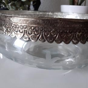 Smuk Glasskål med pynt. Fra Chic Antique. Ny og aldrig brugt. Højde: 9,5 cm Dia:  24 cm