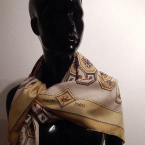 HERMÉS silketørklæde model Carellages af Maurice Tranchant, gul/gylden/hvid/brun, 100% silke, 90x90 cm, uden etiket, uden æske. Et super flot vintage tørklæde, i rigtigt fin kvalitet, kun brugt & renset få gange, design er fra 1968, og ikke siden udgivet/printet, et ret sjældent design, se alle fotos!