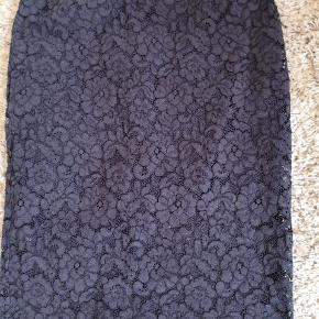 Smuk flot blonde nederdel med under skørt.  Længde 66 Den chancere i farven af blå lilla .  Som ny