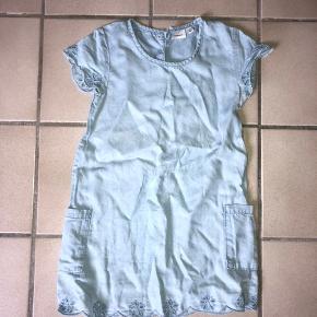 Sød kjole fra Name it. Prisen 90kr er inkl fragt. Kan den afhentes er prisen 70 kr. Prisen er fast da kjolen ellers er med i en stor tøjpakke :)