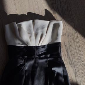 Super elegant og luksuriøs kjole perfect til specielle begivenheder 😍😍  Str 36 (US 4) #30dayssellout