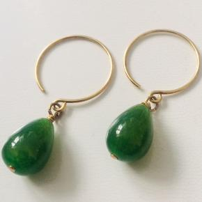 Forgyldt sølv ørekroge med grønne jade dråber længde ca. 4 cm Normal pris: 250,-