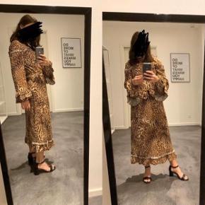 Super fin leopard maxi kjole i god stand fra Gestuz. Kjolen har et meget lille hul (se billede), som man dog ikke ligger mærke til.  Style name: Christine long dress
