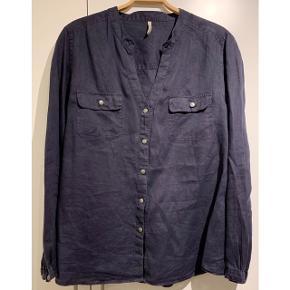 Flot mørkeblå hørskjorte fra Claire 💙  - str. 46 / XXL - 100% hør - næsten som ny - nypris 599,-   Se også mine andre fine annoncer. Sælger billigt ud og giver gerne mængderabat 🌟