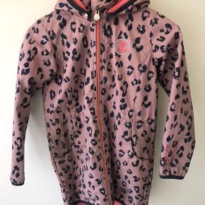 Hummel jakke i rosa med blå leopard pletter. Brugt men i fin stand.