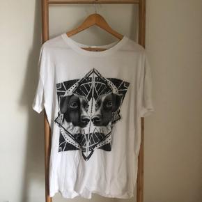 Sælger denne meget oversize t-shirt, da den ikke længere bruges.