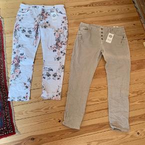 2 par nye lange bukser i bomuld og elastan.  Str 48.  Nypris pr buks: 400kr Min pris pr buks: 150kr  Der er en ensfarvet beige buks og en hvid buks med blomster. Begge med lækre detaljer.