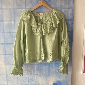 Flot støvet-lysegrøn bluse med de fineste detaljer Aldrig brugt Str 42 / oversize  Afhentes på indre Nørrebro   Bytter ikke