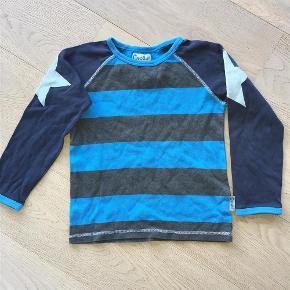 Varetype: Lækker bluse Størrelse: 7år Farve: Blå/turkis Oprindelig købspris: 300 kr.  Indgår i mit tilbud med 3 stk tøjdele for 135,-