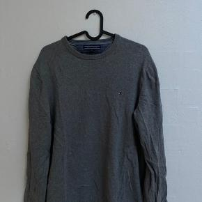 Sweater fra Tommy Hilfiger Brugt få gange, i meget flot cond 8/10  Nypris 700+  Byd gerne eller stil spg i chat