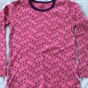 Brand: Holly's Varetype: Bluse Farve: Rosa  Sød bluse med kløvere, str 128 (7-8 år). Gmb - ikke brugt særlig meget og i rigtig fin stand.   Mp 40pp