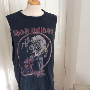 H&M top med print, Iron Maiden,  rå kanter Str S 100% bomuld  Længde: 62 cm foran, 68 cm bagpå  Køber betaler Porto. Kan evt afhentes hos mig i København K ved forudbetaling