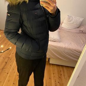 Sælger min Tommy Hilfiger jakke.  Eller bytter med en anden jakke, jakken er næsten ikke brugt. Dog har den fået et minimalt hul, som ikke ses. En lille rise, som man heller ikke ser, men nævner det derfor alligevel.  Jakken er passende i størrelsen, den er super varm, og er stadig i meget fin stand.  Nypris var 1800kr.