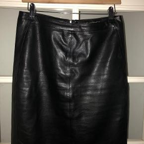 Læder / skind nederdel str 36 Brugt få gange