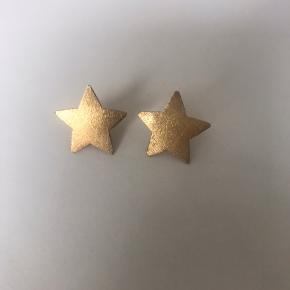 Fine stjerne ørering i guld.  Ca 1.3cm i diameter.