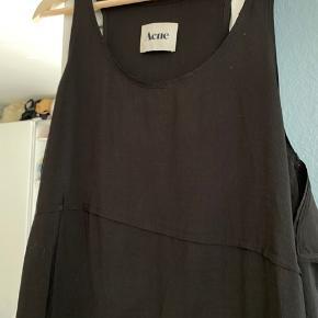 Godt brugt. Super cool simple black dress. Så elegant med noen coole detaljer. Noen små mærker som jeg skal vaske bort. Bytter ikke. Selges derfor billigt. #sundaysellout