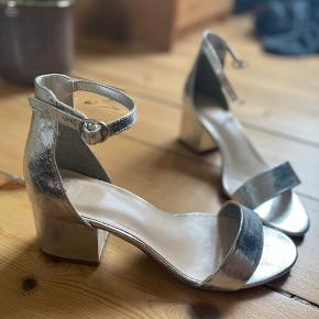 Har købt skoene for store. Sølv stiletter - M&S i London.