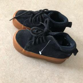 Fine støvler i ruskind med uldsål i. -som kan tages ud.  Brugt meget lidt. Kan også bruges til drenge.