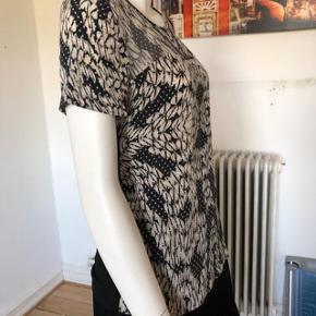 Smuk silke bluse fra DVF.  Brugt en gang, er som ny og aldrig brugt.  Byttes ikke.
