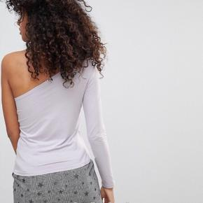 Monki One Sleeve Top  -One shoulder top. -Stretchy.  For flere billeder se i kommentar.  59% Viskose. 34% Polyamide. 7% Elastane.  Fast pris.  Se også mine andre annoncer ;)
