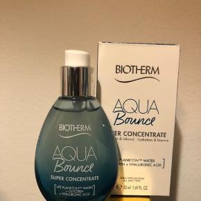 Beskrivelse Biotherm Aqua Super Bounce er en let ansigtscreme, der fugter huden og giver en spændstigere hud, der føles blød og glat.  Specielt udviklet til de 18-25-åriges hud og livsstil. Takket være effektiviteten i Life Plankton™ og hyaluronsyre bliver din hud synligt forbedret.  Hyaluronsyre virker som en fugtmagnet og hjælper huden med at holde på så meget fugt som muligt. Når den påføres huden, danner den en film og bliver liggende på huden.  Denne fugtfilm hjælper med at styrke hudbarrieren og giver hudoverfladen fugt.  Life Plankton Water: Indeholder 35 forskellige mineraler (klor, selen, kalium, kalcium, kobber), vitaminer (A, B, D) og aminosyrer.  Life Plankton Water hjælper hudens naturlige fugtgivende netværk med at bevare fugten, så din hud fremstår fugtet og velafbalanceret.   Aqua Bounce er en lotion med Memory-Shape-Teknologi, der hurtigt absorberes af huden. Når den påføres rigtigt, skaber den en blød og behagelig hinde, der omfavner huden. Lotionen giver intensiv fugt og næring, så huden bliver blødere og mere elastisk.