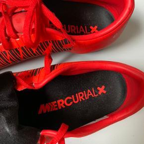 """Super fine sko.   Dette er en sko med """"non-marking"""" ydersål, der gør den egnet til brug på jævne, flade indendørsbaner af træ eller syntetisk materiale."""