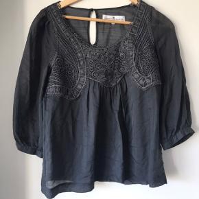 Smuk silke/uld bluse str 36 i silke & uld.  Let transparent  Se venligst min profiltekst inden henvendelse.    MÅLER IKKE OG TAGER IKKE FOTOS MED TØJET PÅ BUD ER BINDENDE, useriøse bud meldes til support😊ingen bytte el. Retur! Happy shoppin