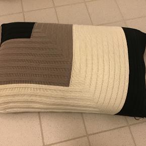 Ferm Living pude, sort-grå-lys beige, betræk kan vaskes ved 30 grader i maskine.. 35x60 cm