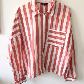 Påsketilbud! Sat ned til 100 kr! Fin stribet skjorte. Får den desværre brugt for lidt. Ingen pletter eller slid.