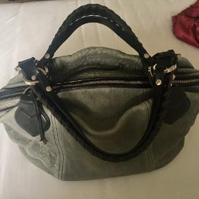 Super lækker lammeskindtaske med flotte detaljer og ternet for. Minimale brugsspor.