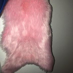 smukke lyserøde imiterede lammeskind. 4 stk. og sælges samlet.