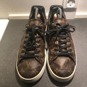 Louis Vuitton Frontrow sneaker i størrelse 42.. De fitter 42/42.5 i tynde sokker. Gode sneakers, købt i Paris i Champs Elysees butikken. Ny pris mener jeg er 480 Euro. (Cirka 3500-3600 kr)  Som det ses på første billede, er der små revner i canvas forrest på skoen ved front stykket og inderside stykket, dette kan ikke undgåes i canvas, så det vil også ske hvis du køber et nyt par.  Dustbag, æske, kvittering medfølger.