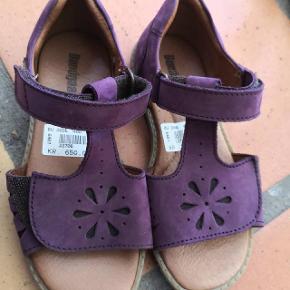 Fine sandaler med velkro ved tær og ankel. Str. 32 måler 20.5 cm indvendig. Aldrig brugt.