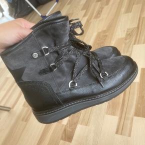 Sælger disse vinter støvler fra Tommy Hilfiger. De er aldrig blevet brugt og det er en str 37. Nypris var 1599 kr :-)