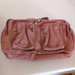 Nunoo Alimakka taske i Rosen farve Ruskind Er helt ny og ubrugt  Købt ved Nunoo Købskvittering haves