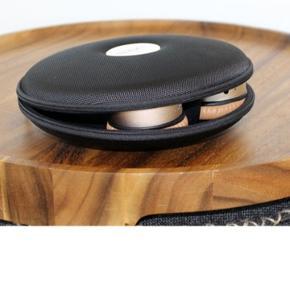 Brugt maks 5 gange, tilhørende æske medfølger. Super god lyd, bruger dem bare ikke nok 🙌🏻 nypris 799 for hovedtelefonerne og nypris 199 for æsken til at opbevare dem i