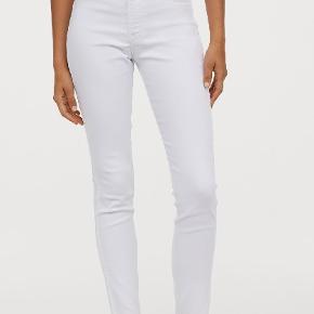 Hvide Jeans fra H&M i str. 31. Svarer nok til en str. L.  ALDRIG BRUGT, men prismærket dog taget af. Det er ankel-lange jeans. Til mig der er 1,63 cm, går de dog helt ned.  Normal talje, snydelommer foran og alm. lommer bagved.  Skinny fit.  Elestan 3%, Bomuld 75% og Polyester 22%.  Kan afhentes på Vesterbro i København.