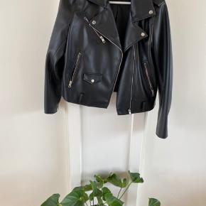 Valgte str Xl for et mere oversized look - og så kan man have trøjer indenunder🤠👍🏻 Super fed læder jakke, som jeg desværre ikke får brugt mere. Jeg har ikke længere bæltet, der kan være omkring, da jeg syntes den var federe uden🍭