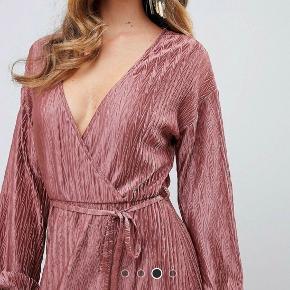 Ikke brugt, stadig med prismærke på.   Plisse maxi kjole med bindebånd i livet. Rigtig fin kjole i tyndt, blødt og lækkert stof. Farven er dusty pink. Str. 40 / L  Den passer også str. 42/xl  Sommerkjole / festkjole / slå-om kjole rosa / lyserød rose