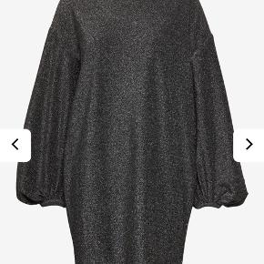Nelli kjole fra custommade. Ballon figur med let puffede ærmer.  #SundaySellout