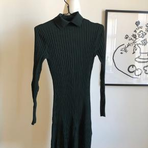 Smuk flaskegrøn kjole sælges. Kjolen er lavet ud af et skønt elastisk stof, der medfører, at den falder pænt på kroppen og fremhæver dét, der er værd at fremhæve. Har kun været i brug en enkelt gang, og fremstår derfor helt som ny. Køber betaler fragt, hvis varen skal sendes.