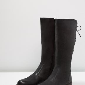 Super flotte, halvlange støvler med let uldfoer. Brugt 2 gange, til fest, så fremstår næsten som nye.