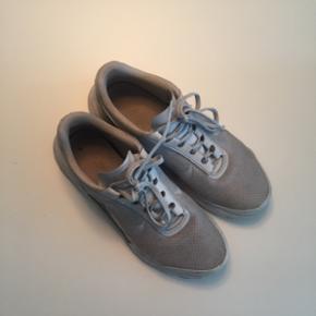 Rigtig fede Nike sneakers i lys grå. De hedder en str 40 men passer en str 39 perfekt. De er brugt lidt men er i god stand!