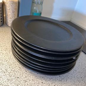 9 BITZ tallerkener sælges samlet for 500kr.  Anbefales afhentning da de er dyre at sende.  Som ses på billede 2 har én af tallerkenerne en lille skræmme