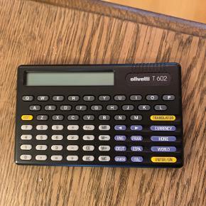 Olivetti T602  Travel assistant. Denne fungerer både som lommeregner, kan omregne kurser og oversætter (engelsk, fransk, tysk, spansk, italienk og dansk) + verdensur.  Skal lige have nye batterier (2032). Instruktionsbog medfølger.