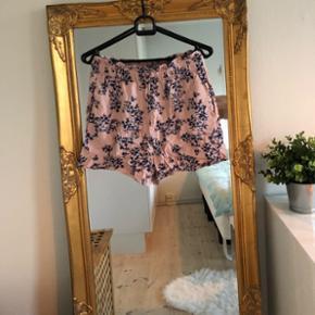 Lyserøde shorts m. blå blomster str. 36 🌞