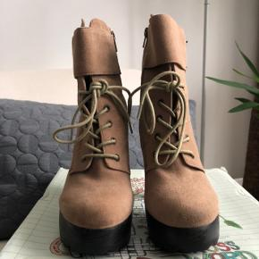 🐻 Super fede støvler, perfekt til efteråret 🐻 Kun brugt en enkelt gang i tørvejr og har derfor ikke tegn på brug 🐻 Kasse medfølger hvis ønsket, dog i knap så god stand