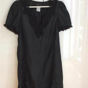 Varetype: Kjole 100% silke kjole med blonder - superfin Farve: Sort