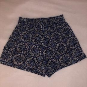 Blå shorts med sort og Hvidt mønster i str. xs.    BYD! Eller skriv for mere info